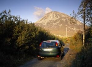Enge Straßen in irland mit dem Mietwagen befahren