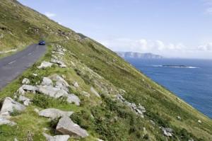 Straße in Irland entlang der Küste