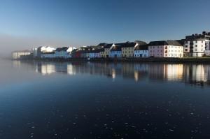 Häuser an der Küstenlinie von Galway